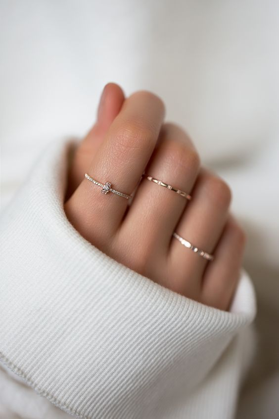 minimalist rings with hammering and a diamond one for a delicate and chic look