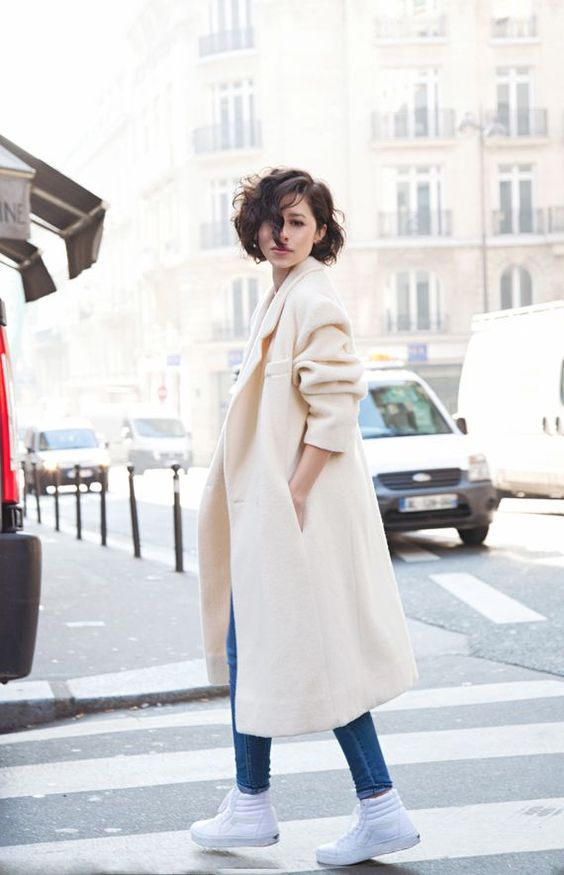 a creamy straight coat is ideal for a chic outfit in the fall or winter, for casual and refined looks