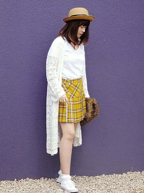 With white t-shirt, white knitted long cardigan, hat, fur bag and white shoes