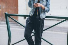 a comfy outfit with a black top, black oversized pants, white sneakers and a bleached denim jacket