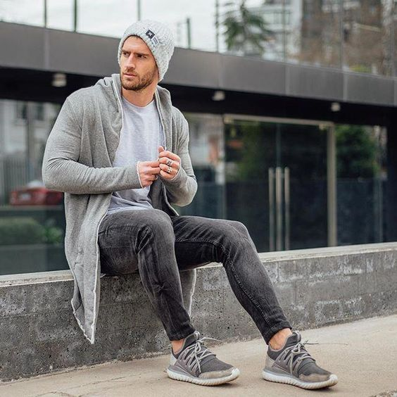 a stylish fall transitional look with a grey tee, graphite grey jeans, grey trainers, a hoodie and a hat for a cold fall day