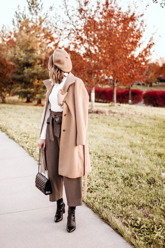 a retro inspired look with a white turtleneck, printed culottes, blakc booties, a beige coat and a beret for the fall
