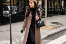 07 a camel beret paired with a plaid coat is a timeless combo for fall and winter, it looks super cool