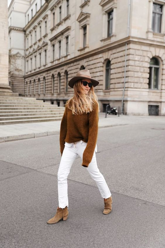 a simple fall look with a camel jumper, white jeans, beige boots and a neutral hat