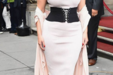 14 a date look by Ashley Graham with a white fitting dress, a black wide belt with lacing and a blush kimono on top