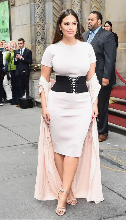 a date look by Ashley Graham with a white fitting dress, a black wide belt with lacing and a blush kimono on top