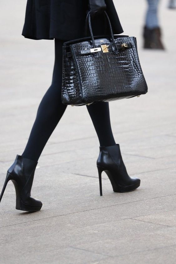 a classic black bag of crocodile leather is a timeless solution, great for going to work