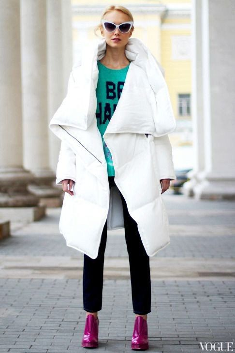a midi white blanket padded coat and bright fuchsia booties are a chic idea for a modern feel