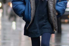 21 a sport look with a padded coat, white sneakers and a cap – all about comfort this winter