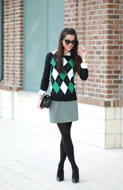 With printed mini skirt, black pumps and clutch