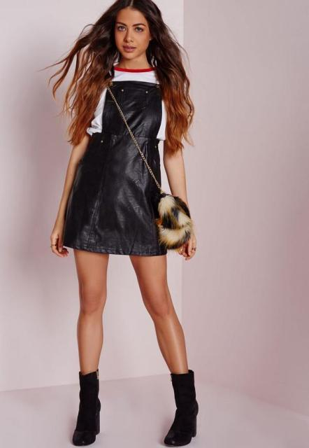 With t shirt, fur chain strap mini bag and black suede boots