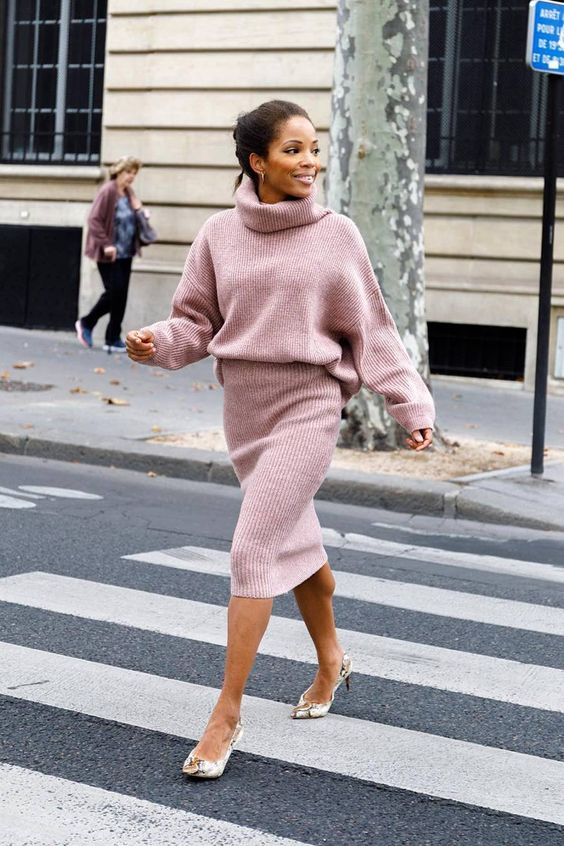 a girlish look with a pink knit suit with an oversized sweater, a pencil skirt and snake print shoes