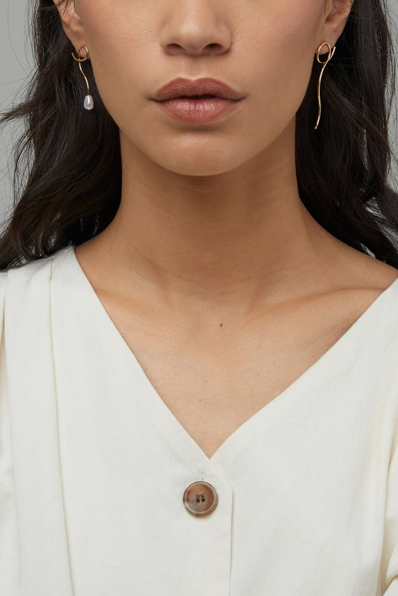 minimalist mismatched earrings with a single pearl look chic and very eye-catching
