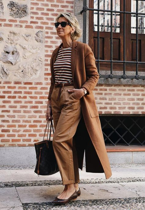 a gorgeous monochromatic outfit in brown and whites is a very elegant idea with much comfort