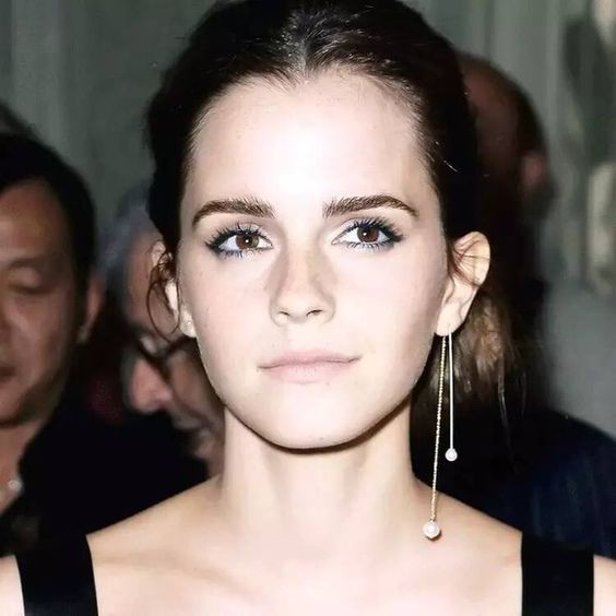 Emma Watson rocking a mono earring with two pearls is a feminine idea