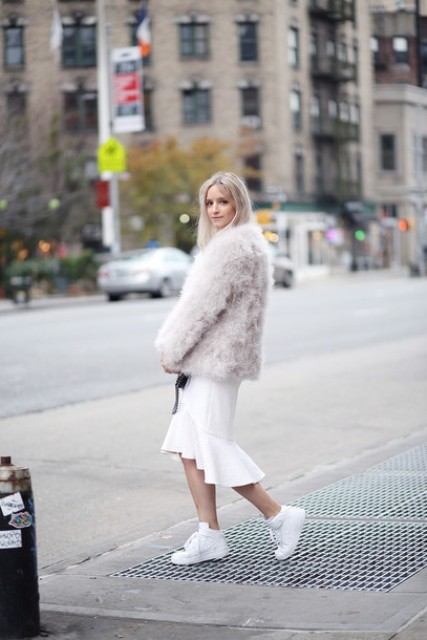 With beige faux fur jacket and white sneakers