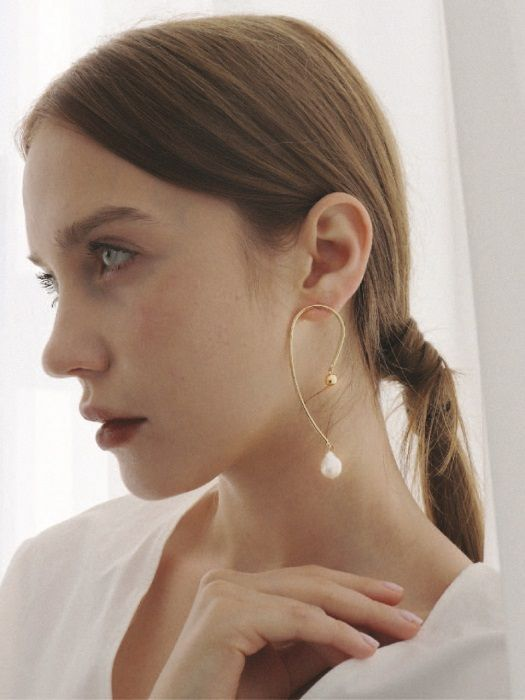 a quirky single earring of gold, with a bead and a pearl on one end will make your outfit special