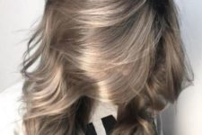 medium length hair in mushroom blond and with waves is a super trendy idea to wear right now