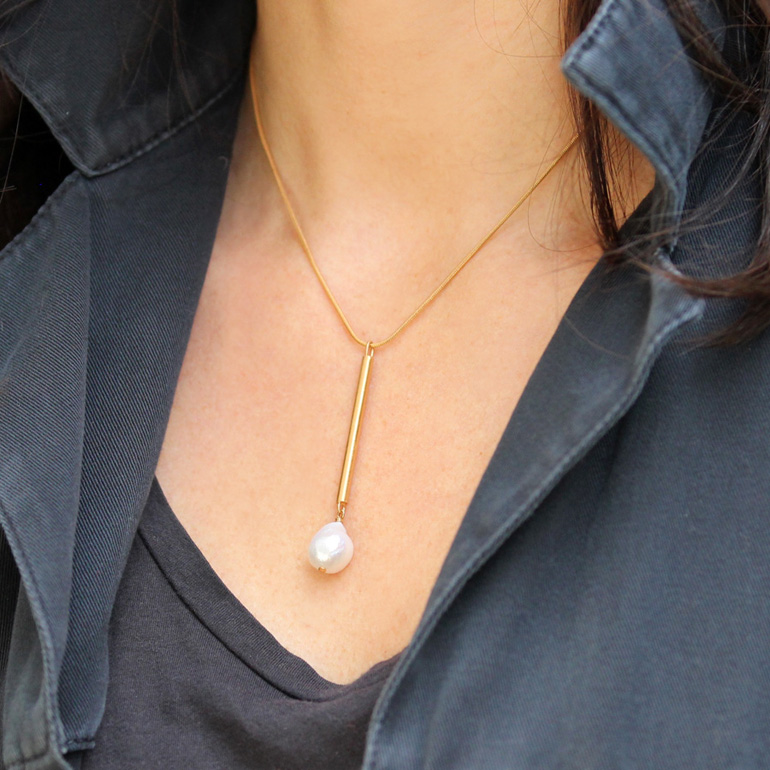 a gorgeous gold bar and baroque pearl necklace is an ultimate idea for a minimalist girl