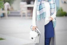 03 a chic look with a white sweater, a grey waistcoat, a blue skirt and boots, a beret, a scarf and a bag
