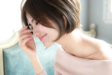 06 a chic and stylish jawline bob with side bangs looks super cute and very chic