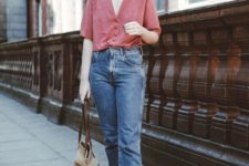 16 a retro-inspired outfit with a pink printed shirt, blue mom jeans, brown moccasins and a striped bag