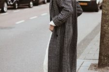05 white straight jeans, white Converse high tops, a printed midi coat, a grey beret for spring