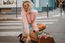 07 a pink oversized sweater, a printed monochromatic mini skirt, black shoes and a brown bag