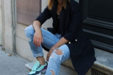 16 a spring outfit with a black long blazer, a black top, blue ripped jeans, colorful trainers and a cap
