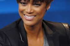 Tyra Banks rocking a bowl haircut in a natural chestnut shade with soem lighter bangs looks wow
