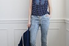 With printed sleeveless shirt, white sneakers and navy blue backpack