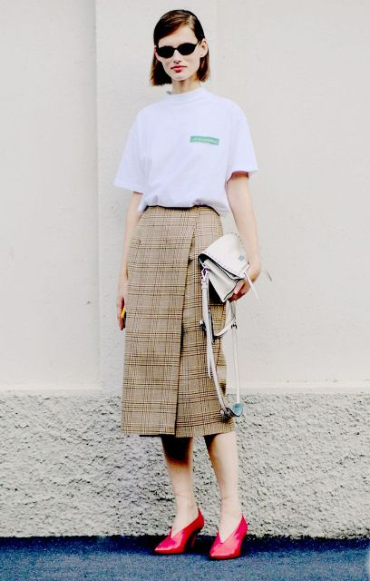 With white loose shirt, white clutch and red shoes