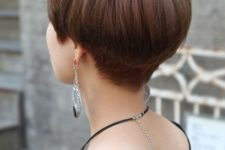 a chestnut bowl haircut with layers is classics inspired by the 60s and 70s