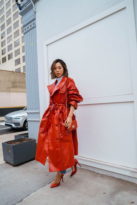 a red patent leather trench, a matching bag and metallic shoes for an ultra-bright and trendy look