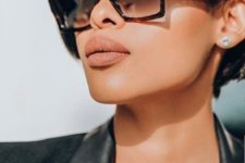 massive D-frame sunglasses in a turtoiseshell frame is a bold and statement idea to try