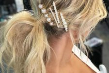 an arrangement of pearl hair pins is a cool idea to accessorize your simple and messy ponytail