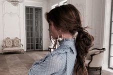 a cool messy ponytail that is easy to make