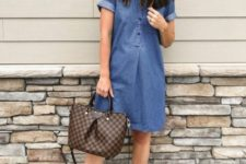 a simple look with a blue denim knee dress with short sleeves, animal print flats and a tote