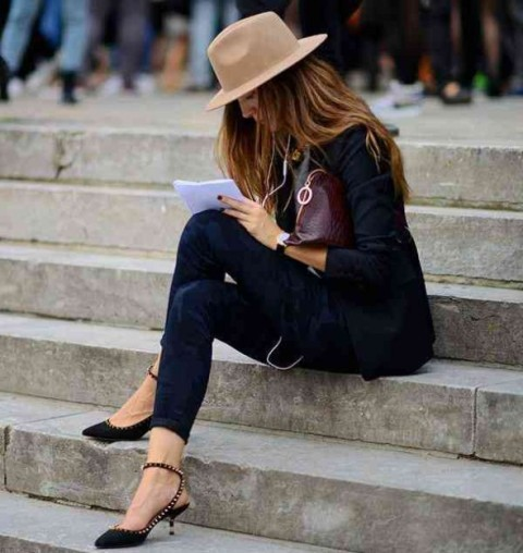 With skinny jeans, beige hat, bag, gray shirt and black blazer