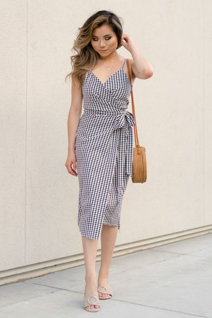With straw rounded bag and beige mules