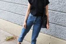 a black tee, blue cuffed jeans, black sporty sandals and a black bag for every day