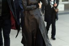 09 a total black look with a turtleneck, joggers, trainers, a leather trench by Kendall Jenner
