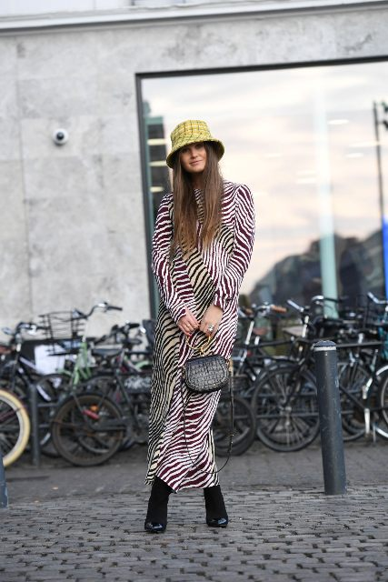 With printed maxi dress, mini bag and black shoes