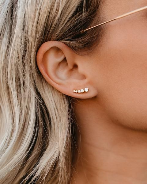 a small yet chic rhinestone and gold ear climber is a nice solution for a modern outfit