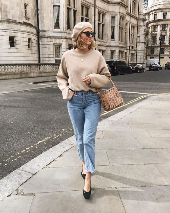 an oversized tan sweatshirt, blue jeans, black shoes, a beret and a basket bag for the fall