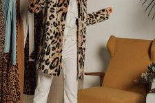 04 a neutral look with jeans and a shirt, a leopard print coat, black heels for a refined and chic look