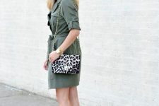 With leopard printed chain strap bag and gray suede ankle boots