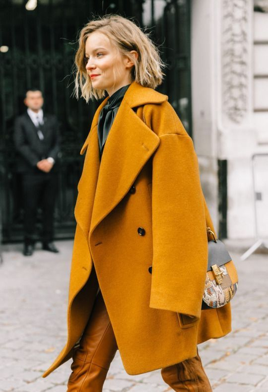a beautiful oversized mustard coat like this one and a stylish snake print bag will make your look veyr trendy