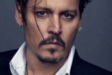 05 Johnny Depp wearing a double and a single lobe piercing with matching earrings