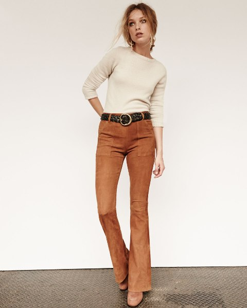 With beige sweater, black belt and brown suede boots